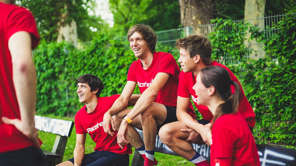 Die Paceheads Athleten auf einer Parkbank